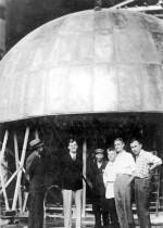 під кондуктором генератора. З правого боку ліворуч: С.О.Водолажський, К.Д.Синельников. Другий зліва – Ван де Грааф – винахідник генератора
