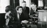 1970-і рр. Академік АН УРСР В. Є. Іванов і ст. викладач А. М. Блінкін перевіряють установку на кафедрі матеріалів реакторобудування