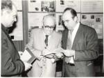 роздача автографів. Зліва праворуч: Я.Б.Файнберг, О.І.Ахієзер, В.Т.Толок