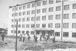 студенти грають у волейбол перед входом до гуртожитку