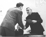 Г.А.Мілютін вручає нагороду із нагоди 10-річчя ФТФ