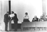 грамоту вручають В.Г.Кіріченку, в президії: І.Є.Тарапов – ректор університету, В.І.Муратов, С.С.Плохов – секретар партбюро ФТФ