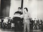 Нагороду вручає В.І.Фареник