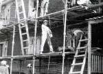 Август 1981 года. Штукатурка деревянных жилых трёхэтажных домов в Новом Уренгое «десантом» из Надыма. В центре кадра Пивовар Виктор