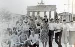 Июль – август 1982 года. Интеротряд ХГУ на фоне Брандебургских ворот в г. Берлине. В последнем ряду сидит второй слева Грицай Василий, в первом ряду сидит первый справа Гринев Борис