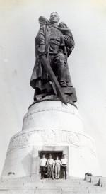 – Июль – август 1982 года. Интеротряд ХГУ возле памятника Воину Освободителю в Трептов парке в г. Берлине. Первый справа Пивовар Виктор