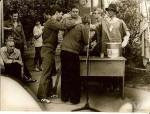 1982 р. 1001 ніч, І.О.Толмачов тримає С.І.Панасенка, причащають О.М.Рунов і С.М.Мордик (біля відра), Ф.Є.Пащенко щойно причастився і обходить стіл на задньому плані