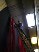 18 грудня 2009 року. Красимир Третяк виконує висотні роботи з заміни чорного фону на чистий червоний бархат на сцені актової зали ФТФ напередодні 47-го Дня Фізтеха