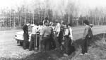 квітень 1977 р. Першокурсники п'ють воду біля машини