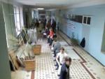 весна 2008 р. Студенти передають ланцюжком цеглу до 313 ауд., в якій того року дерев'яні вікна поміняли на пластикові