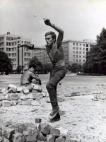 Июль – август 1980 года. Вчерашние абитуриенты, ставшие студентами после сдачи первого вступительного экзамена, на «отработке» по перекладке брусчатки на площади им. Дзержинского. На снимке Пивовар Виктор: с камнями, как с мячиками