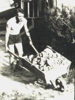сентябрь 1967 г. Две группы третьего курса (теоретиков и плазменной электроники) послали строить биостанцию университета в Гайдарах. На фото В.Абрамович
