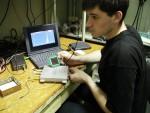 Студент 5-го курсу кафедри експериментальної ядерної фізики О. Головаш перевіряє властивості позиційно-чутливого кремнієвого матричного детектора