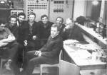 Февраль 1971, ОИЯИ, Дубна. Сразу после защиты диплома. Первый слева – В.Гитт (выпускник 1970 г.), третий слева – Б.Адамяк, сидит на переднем плане – А.Беляев