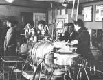 1981 р. доцент В.Є.Семененко на лабораторних заняттях в ауд. 117 біля вакумно-прокатного стану