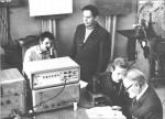 1981 р. Лабораторні заняття проводять доцент Г.І.Іванцов (стоїть) і доцент А.М.Блінкін