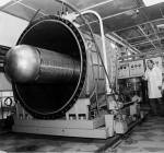 випускник 1987 року О.В.Бородін біля електростатичного прискорювача заряджених частинок, призначеного для імітації ушкоджень матеріалів у ядерних реакторах