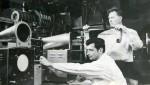 1960-70-і рр. Молоді науковці ФТФ Л. Концевой і Є.І. Луценко в лабораторії кафедри фізики плазми