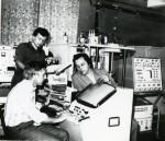 1986 р. Інженер Ю.Качанов, ст. н. с. М. Д. Середа і завідувач лабораторії Фареник В. І. в галузевій науково-дослідній лабораторії діагностики плазмово-технологічних процесів