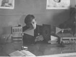1985 р. О.В.Кірічок налагоджує роботу в лабораторії оптики