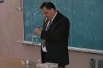 травень 2009 року. Професор І.О.Гірка показує демонстрацію з фізики поверхневих явищ