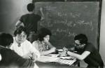 1972 р. викладач Є. І. Стьопіна і доц. О.І. Дементій проводять консультацію на кафедрі загальної та прикладної фізики