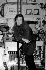1972 г. В.В. Бобков (м. н. с., ХГУ им. А.М. Горького, корпус университета по пр-кту Московский, 18) возле первой спроектированной, собранной и налаженной экспериментальной установки в ХГУ по исследованию начальных стадий взаимодействия активных газов с поверхностью твердого тела методом масс-спектрометрии вторичных ионов (МСВИ)