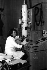 1984 г. Л.В. Кочергина, м. н. с., ХГУ им. А.М. Горького, проводит исследования на электронном микроскопе УЭМВ-100К