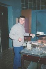2002 рік. Аспірант Р.І. Старовойтов готує зразки для Інституту Фізики Плазми Макса Планка в Гархінгу, Німеччина
