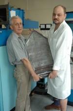 2008 г. Первый в мире монокристалл лейкосапфира такого размера. Слева - зав.лаб. новых технологий выращивания и обработки монокристаллов лейкосапфира отдела тугоплавких оксидов ин-та Монокристаллов НАНУ к.ф-м.н. Г.Т.Адонкин (выпуск 1971 г.), справа - вед.инженер лаборатории А.Ю.Сердюк (выпуск физтеха 1996 года), ин-т Монокристаллов НАНУ,Харьков